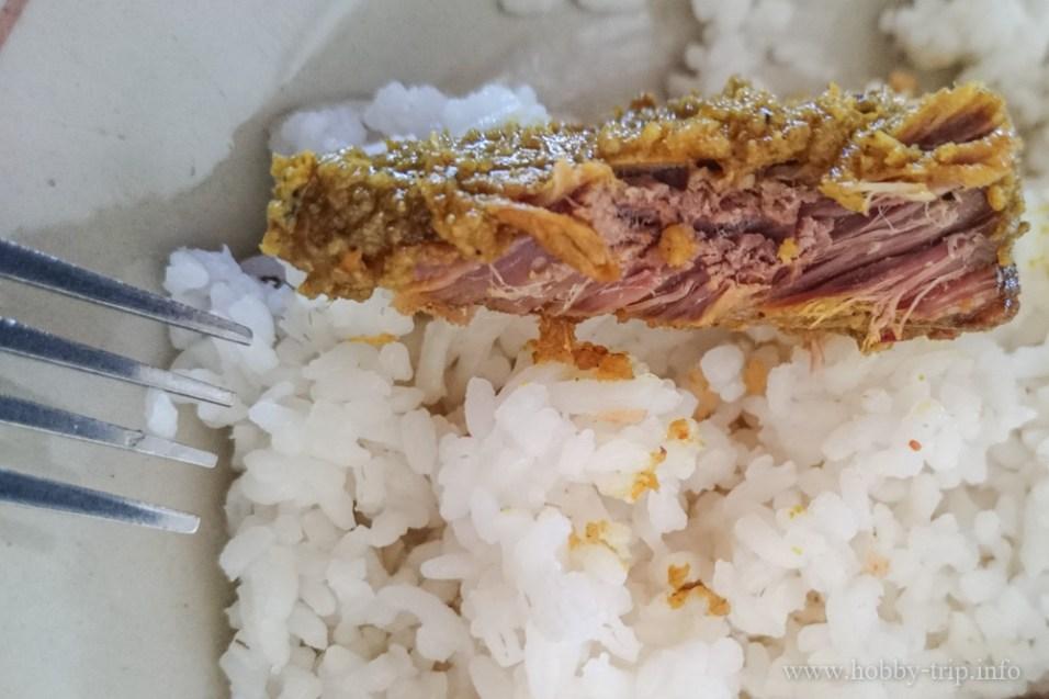 Телешко и ориз в крайпътнo заведиe за хранене (warung) - Кута, Бали