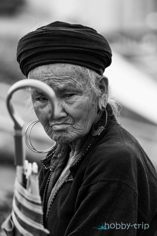 Портрет на жена с чадър в САПА