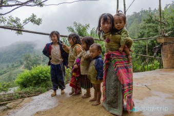 Деца пред къщи в SAPA