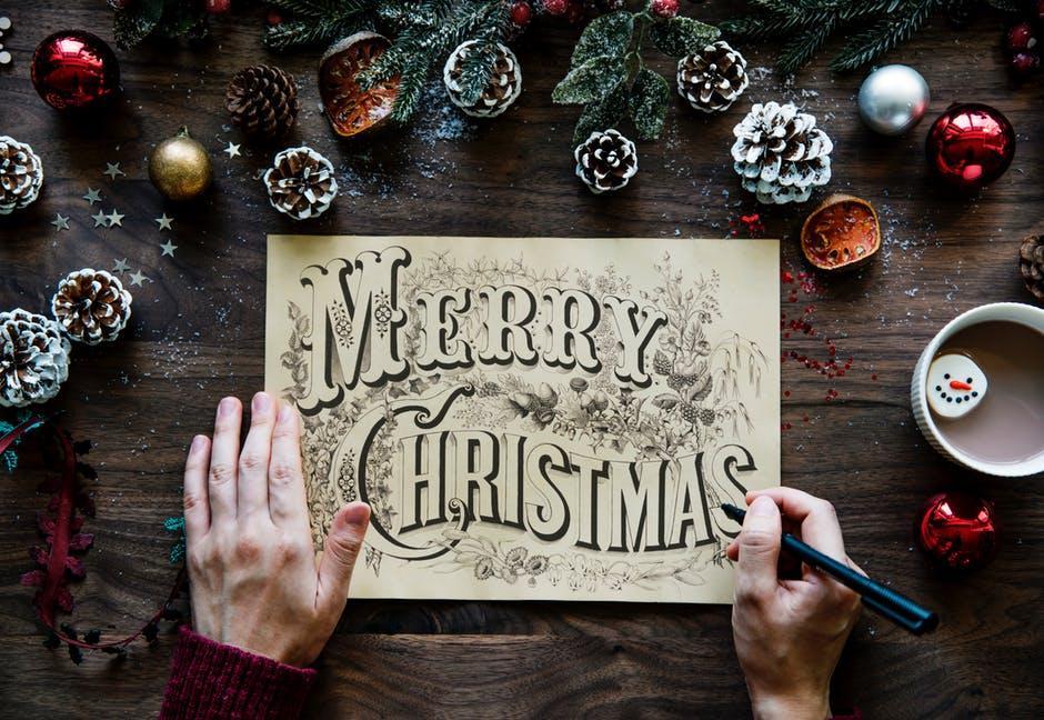 Het schrijven van kerstkaarten