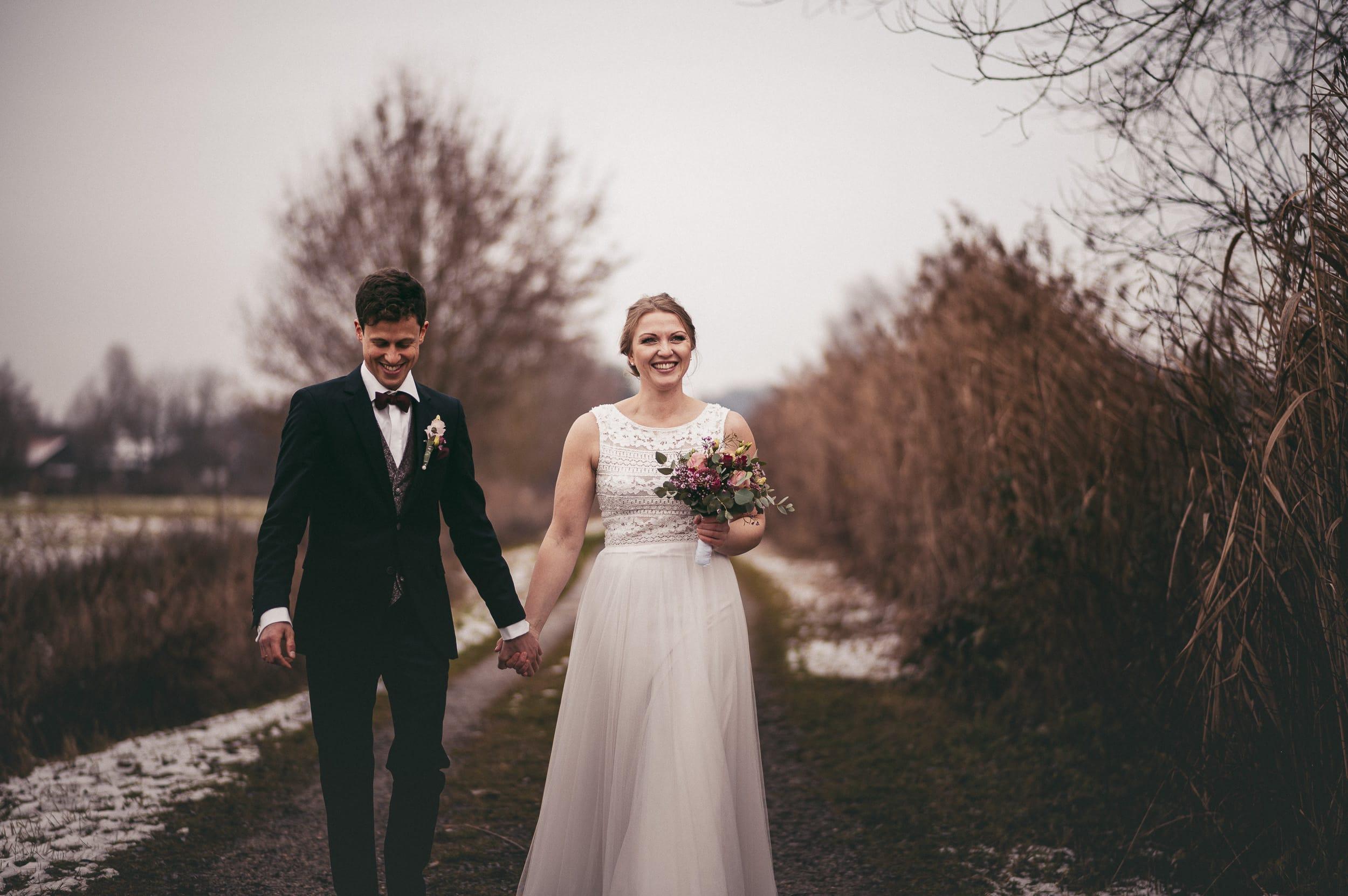 Brautpaar lächelt beim Hochzeitsshooting in Thierhaupten bei Schnee