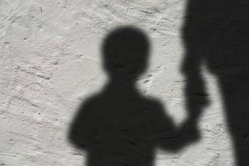 Das Kind als Geisel im Konflikt? Fachkräfte sollten verhindern, dass es zu solchen Situationen kommen kann.