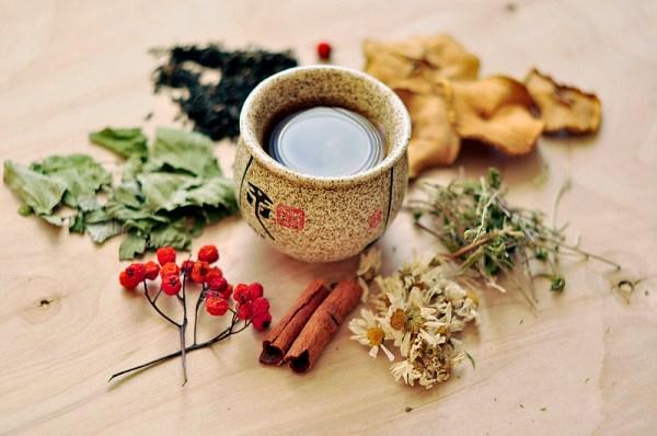 Как приготовить полезный травяной чай: 3 ароматных напитка