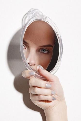 девушка в зеркале фото