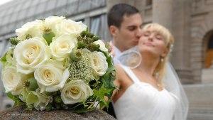 Hochzeitsfoto mit dem Brautpaar im Hofgarten, München