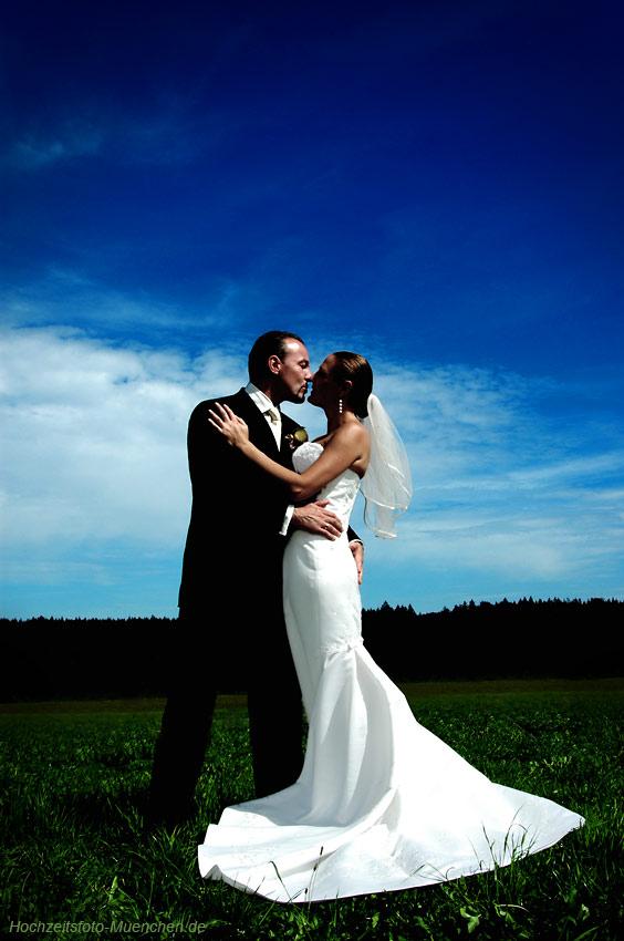 Günstige Hochzeitsfotos in Muenchen: Hochzeitspaar auf der Wiese, Hochzeitsfotograf Eugen Wagner