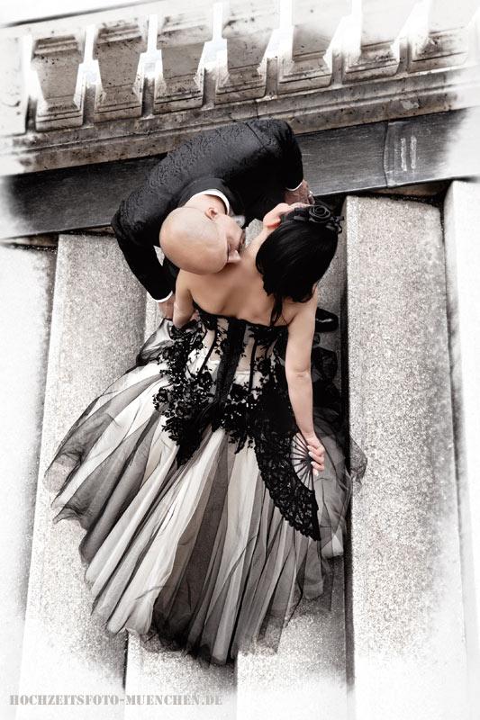 Fotoshooting Hochzeit 09: Hochzeitskuss an der Treppe