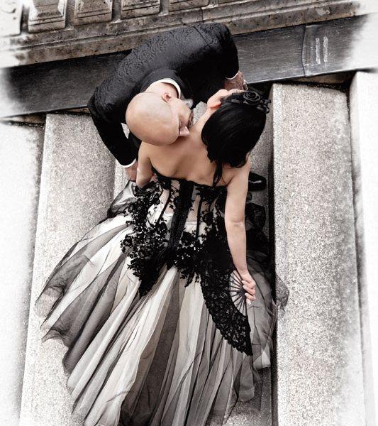 Kuss auf der Treppe beim Hochzeitsfotoshooting