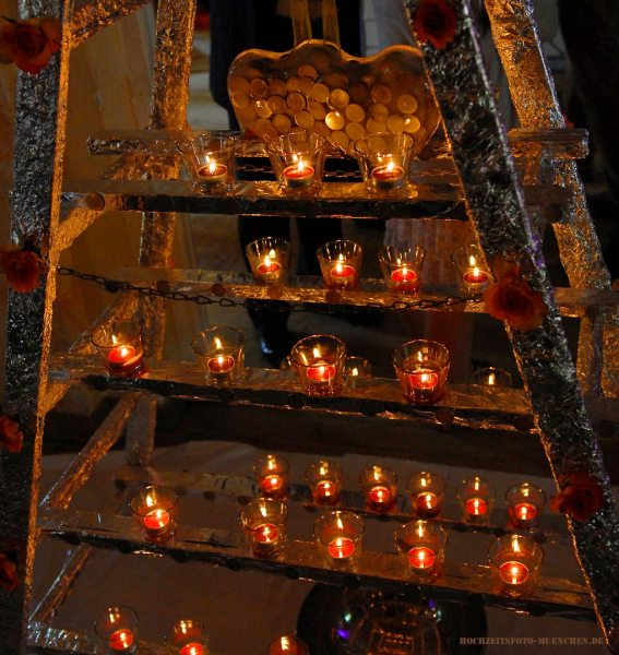 Geld im Eis mit Kerzen