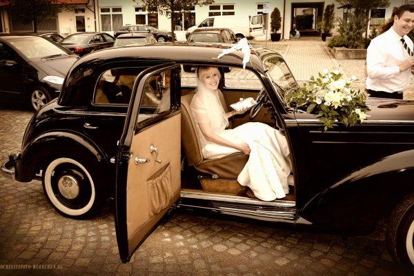 Braut im im Oldteimer