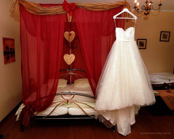 Hochzeitsreportage 01: Brautkleid im Hotelzimmer