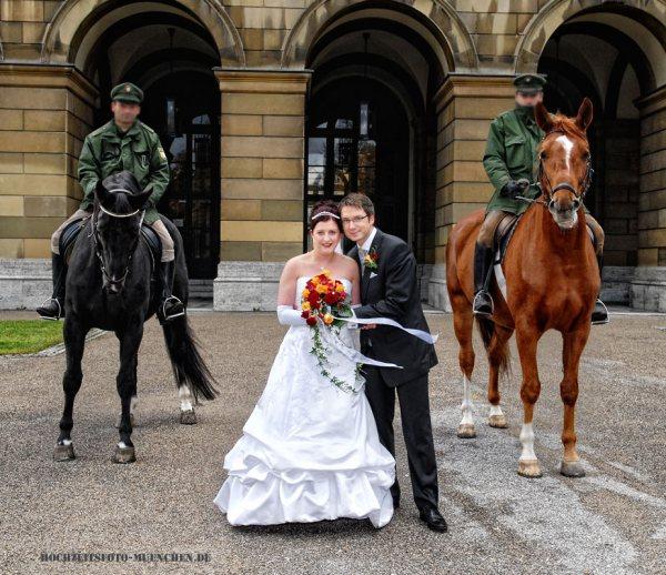 Hochzeitsbild mit Pferden: Fotoshooting im Hofgarten