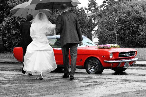 Hochzeitsotograf Fragen: wie ist Hochzeitsfoto mit roten Mustang beim Regen entstanden?