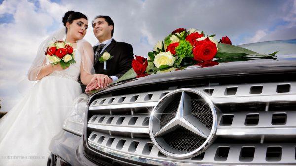 Brautpaarshooting mit Mercedes als Hochzeitsauto