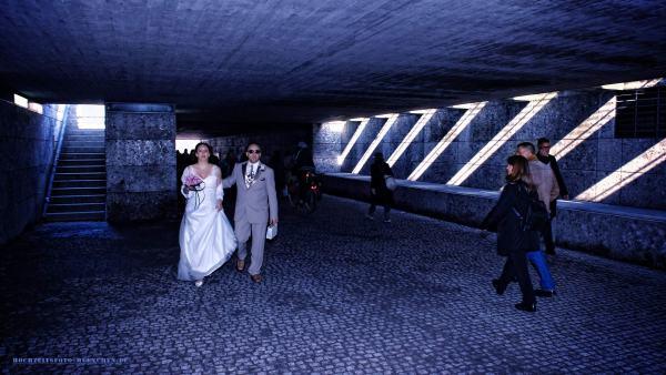 Hochzeitsreportage 11: Brautpaar unterwegs über die Stadt