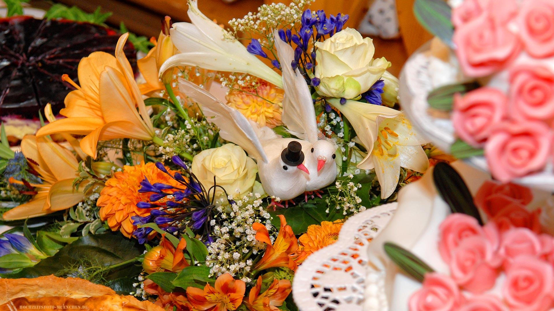 Hochzeitsdeko mit Vögel in Blumen