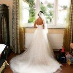 Hochzeitsreportage: Braut wartet im Zimmer