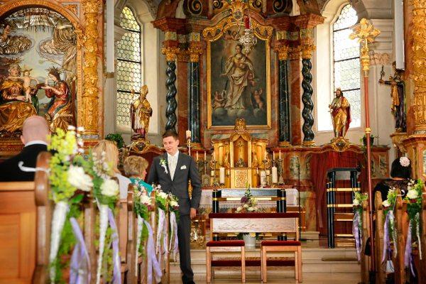 Trauungsfotos: Bräutigam wartet auf die Braut