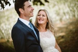 Hochzeitsfotograf Erftstadt , Braut schaut fröhlich zum Bräutigam