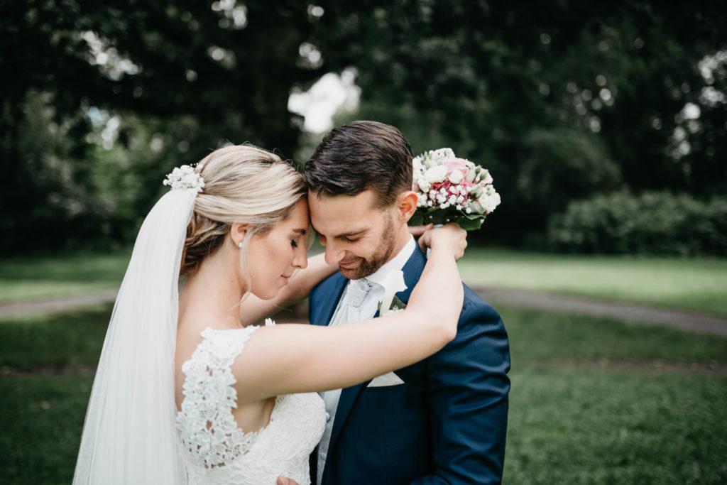 Hochzeitsfotografie - Brautpaar in inniger Umarmung