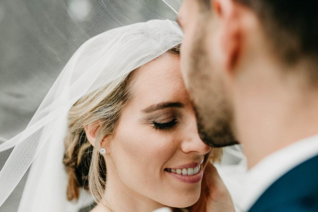 Hochzeitsfotografie - Brautpaar unter Schleier