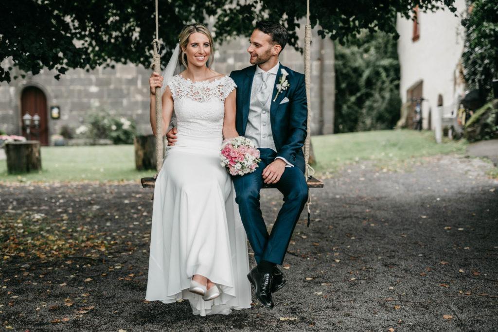 Hochzeitsfotografie - Brautpaar auf Schaukel