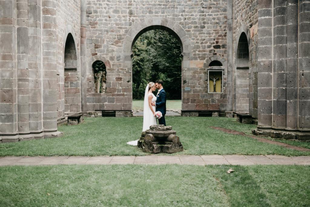 Hochzeitsfotografie - Brautpaar in Torbogen