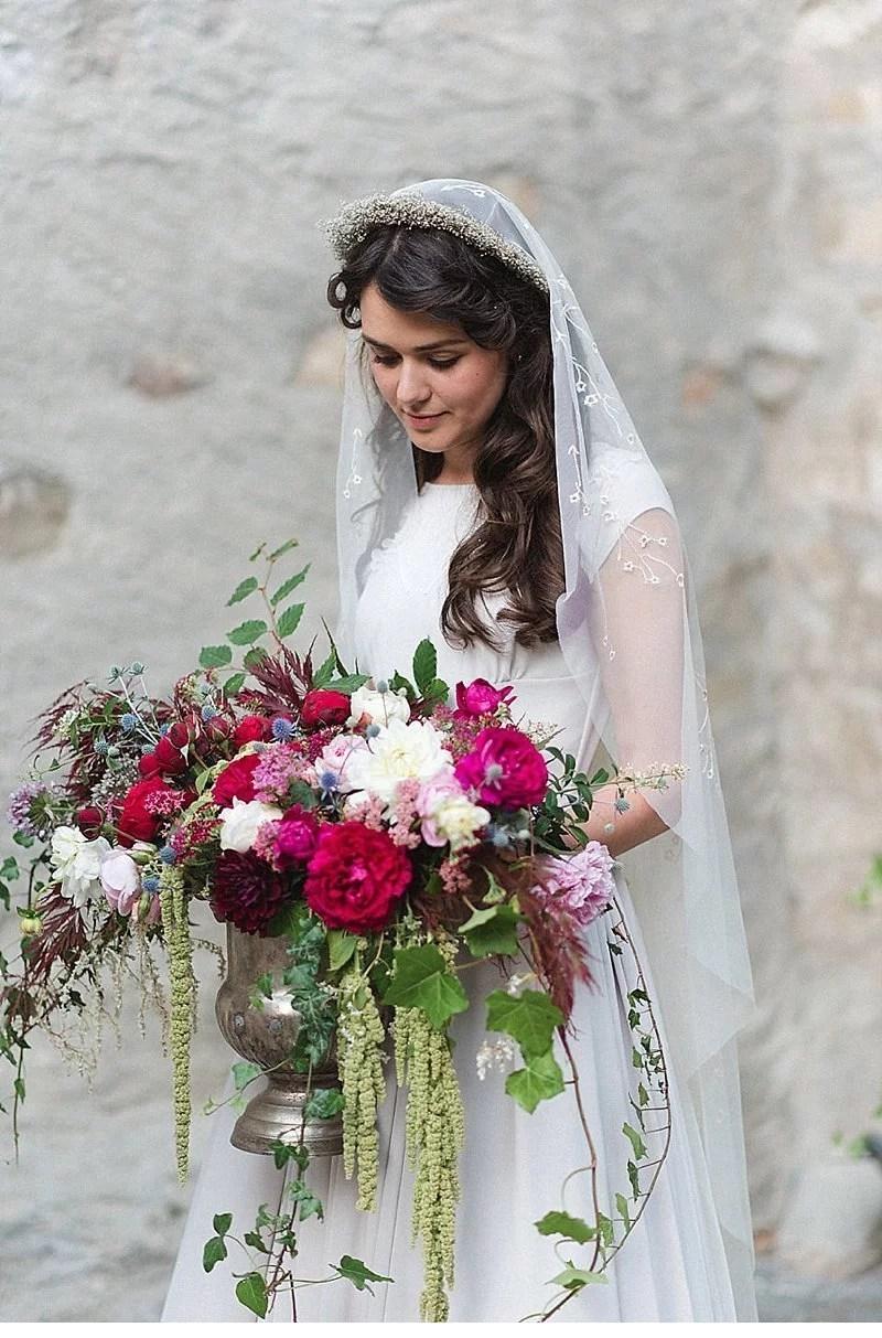 romantisch-hochzeitsinspirationen-hochzeitsblumen-brautpaar_0001