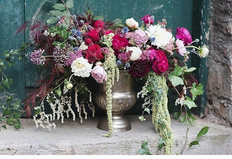 romantisch-hochzeitsinspirationen-hochzeitsblumen-brautpaar_0006a