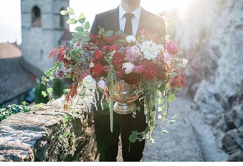 romantisch-hochzeitsinspirationen-hochzeitsblumen-brautpaar_0023a