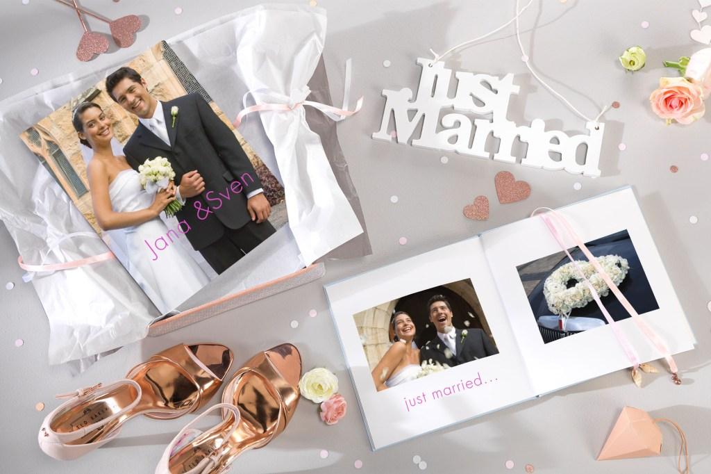 Romantic Wedding - Ein Fotobuch als Geschenk: Ein selbst gestalteter Bildband bleibt dem Brautpaar als wertvolles Erinnerungsbuch.