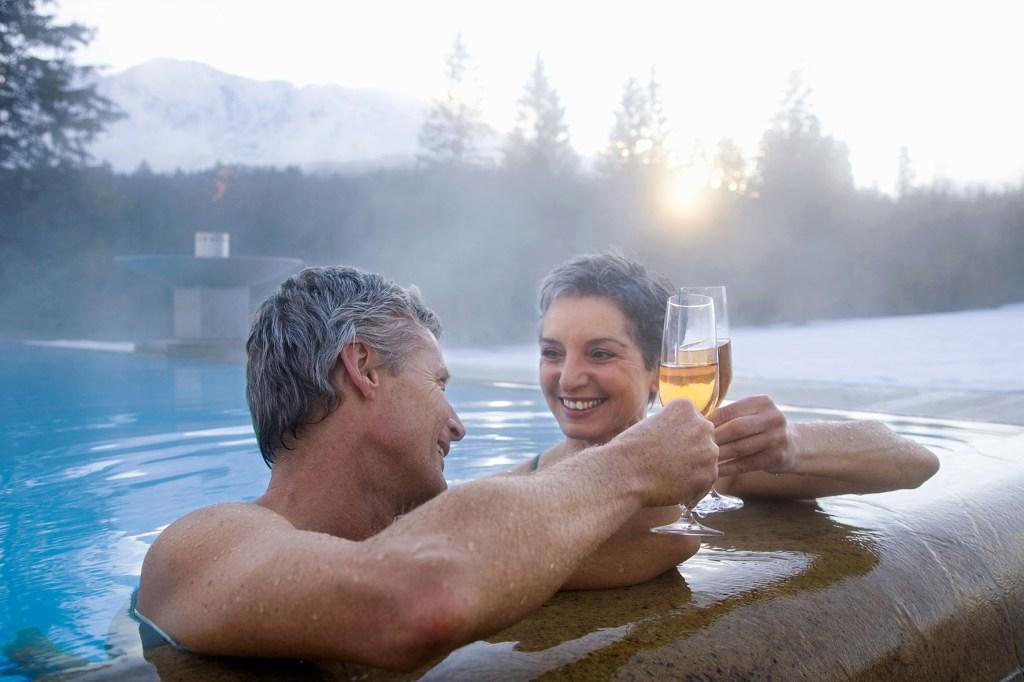 Es gibt nichts Schöneres als gemeinsame Zeit mit dem Schatz zu verbringen - etwa bei einem Romantik- oder Wellnesswochenende. Und es gibt keine bessere Gelegenheit, als so entspannt die Frage aller Fragen zu stellen.