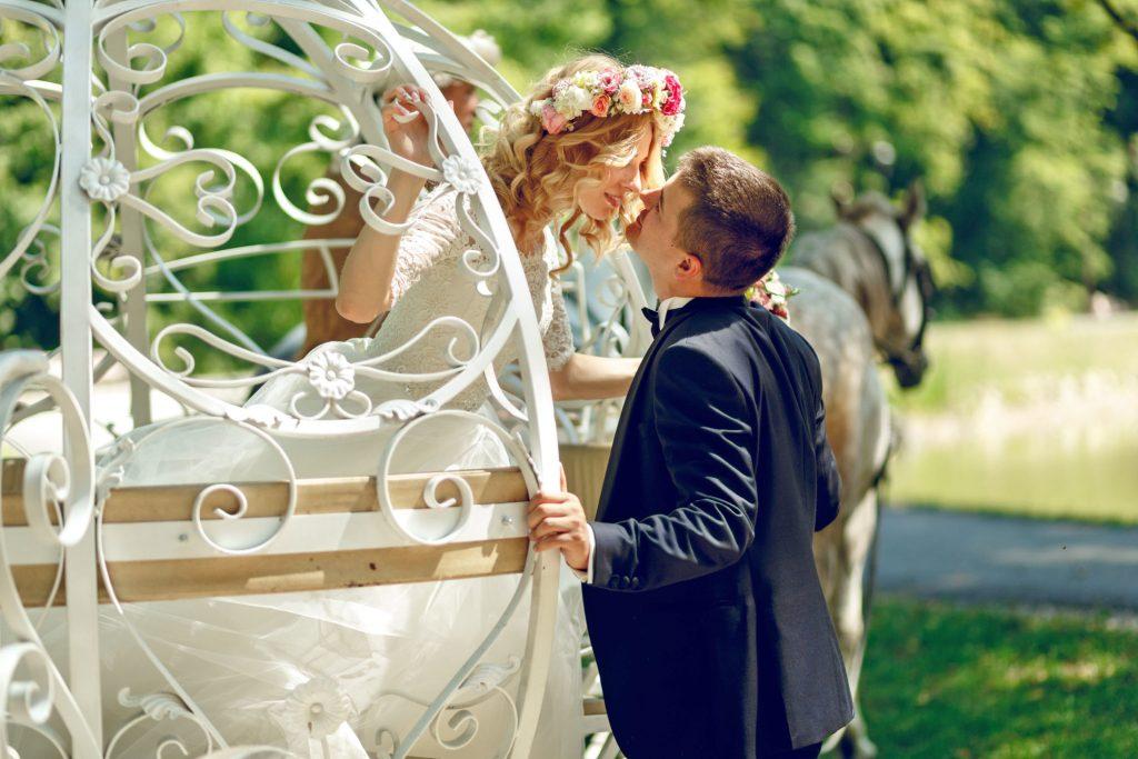 Ein Kuss für die Prinzessin: Immerhin knapp jede zehnte deutsche Frau sehnt sich auch im Erwachsenenalter nach einer royalen Hochzeit im weißen Kleid - Königliche Hochzeit