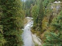 70 mètres plus bas, la rivière gronde dans le canyon.