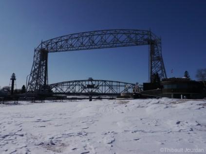 Le pont se lève au passage des bateaux / The bridge can be lifted while boat passing