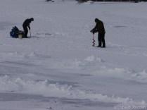 Des gens s'apprêtent à pêcher / Fishermen get ready to fish