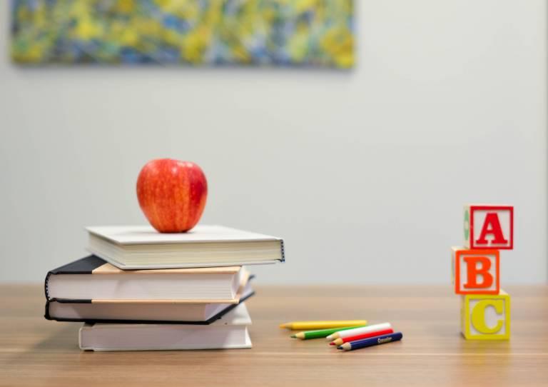 本とリンゴと鉛筆