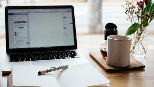 机の上のPCとノート