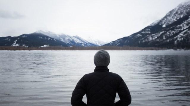 湖に立つ人