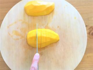 マンゴーを半分にカット