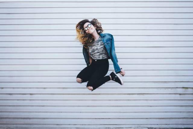 ジャンプしている女性