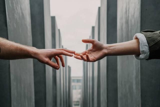 手を取り合う