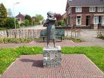 Kerkstraat Nieuw-Beijerland. Aangeboden in 1980 door de Rabo bank Oud-Beijerland e.o. aan de inwoners van Nieuw-Beijerland ter gelegenheid van haar 75 jarig bestaan. Gemaakt door Henk Kuizenga.