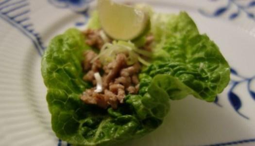 Sursød gris i salatblade