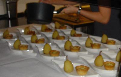 Porcheret pære med vanillecreme, nødder og caramel