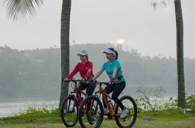 Hue-Bicycle-Tour-and-boat-trip-on-Perfume-River-Hoi-An-Private-Car