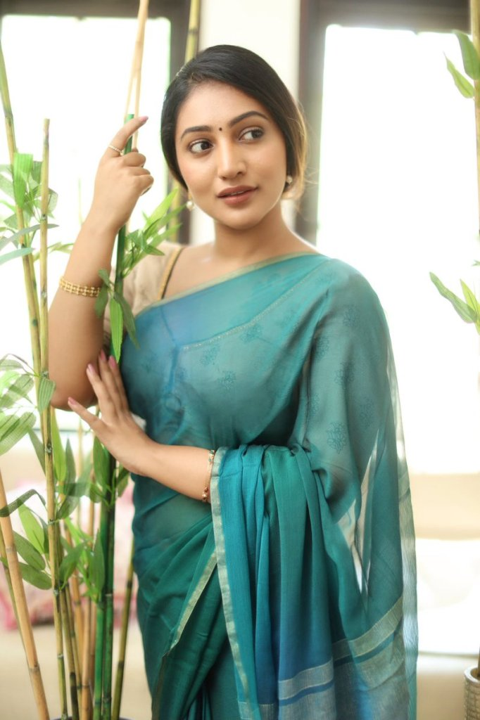 Bommu Lakshmi Wiki, Age, Biography, Movies, and Gorgeous Photos 110