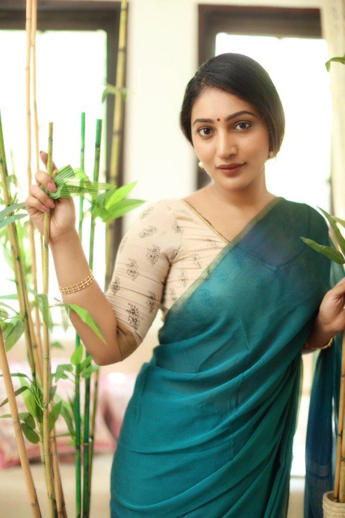 Bommu Lakshmi Wiki, Age, Biography, Movies, and Gorgeous Photos 112
