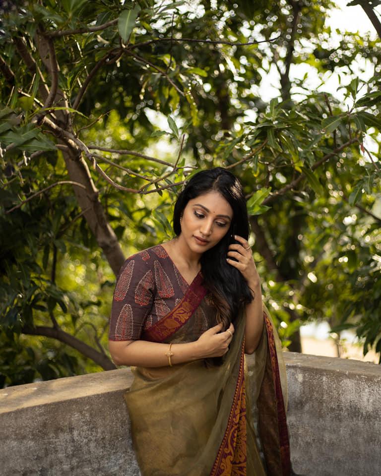 Bommu Lakshmi Wiki, Age, Biography, Movies, and Gorgeous Photos 118