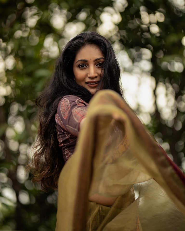 Bommu Lakshmi Wiki, Age, Biography, Movies, and Gorgeous Photos 123